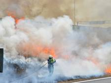Enorme rookontwikkeling na bermbrand op A16 in Breda