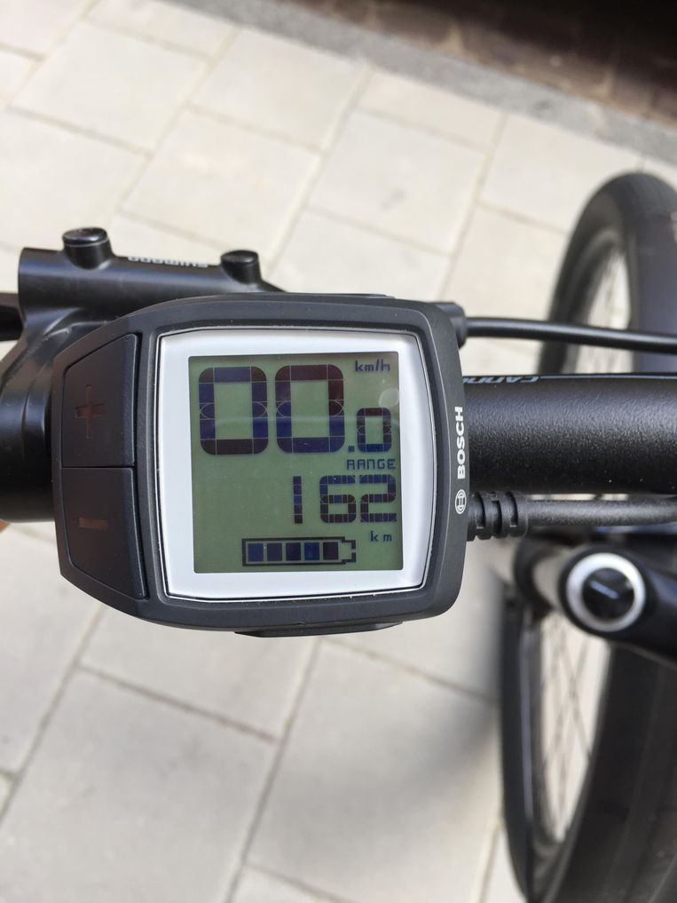 Vlak na het opladen doet de fiets alsof hij een bereik heeft van 162 kilometer. Aan het eind van de straat was dat al geslonken tot 98. En het was geen lange straat. Beeld