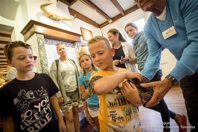 Een fotoshoot met koningspython Loesje lokte maandagmiddag vele kinderen naar het museum Natura Docent Wonderryck in Denekamp.