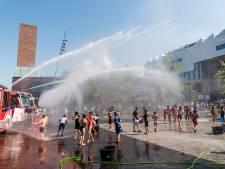 Jong en oud genieten tijdens groot watergevecht op het Eemplein