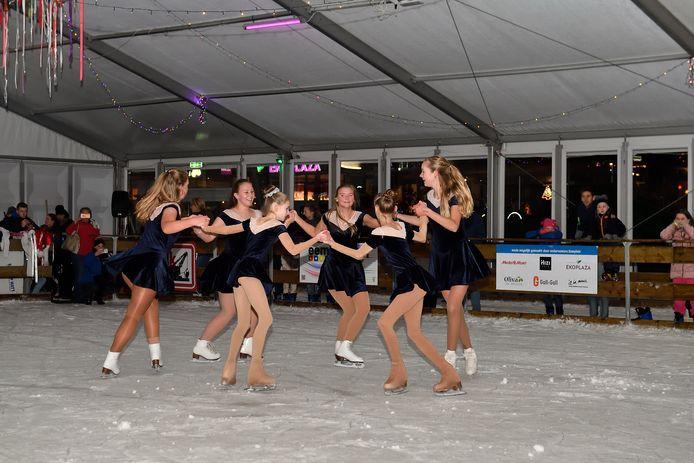 Het kunstschaatsteam van KVM On Ice in actie op de baan op het Eemplein