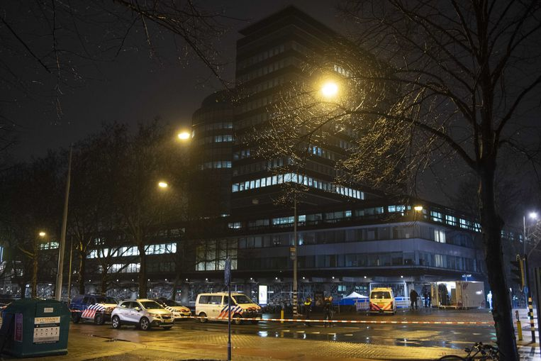 De Nederlandse Bank in Amsterdam waar twee agenten op 6 februari een man doodschoten.  Beeld EPA