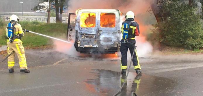 De brandweer probeerde nog iets van het busje te redden.