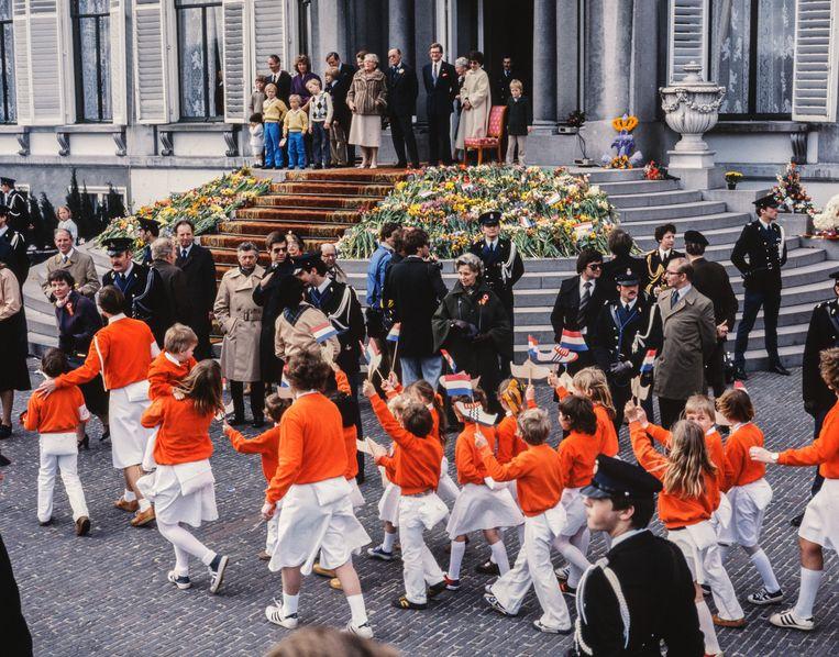 De viering van Koninginnedag kwam goed op stoom toen Juliana het defilé op paleis Soestdijk invoerde. Dit is de viering in 1979. Beeld Nationaal Fotopersbureau