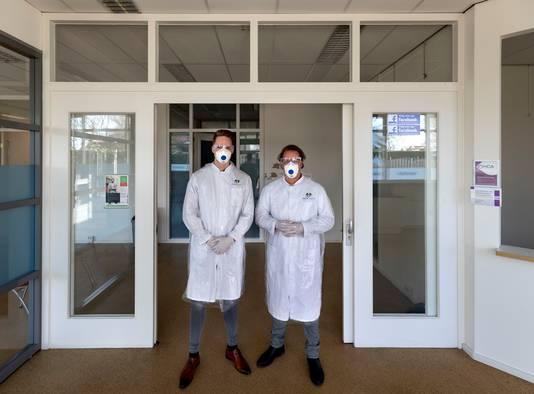 Huisarts Geert Oerlemans (r) en huisarts in opleiding Lucas Voets in de isolatiepraktijk om corona-patiënten te kunnen behandelen