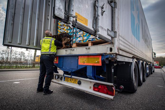 Controle van een vrachtwagen op de A58.