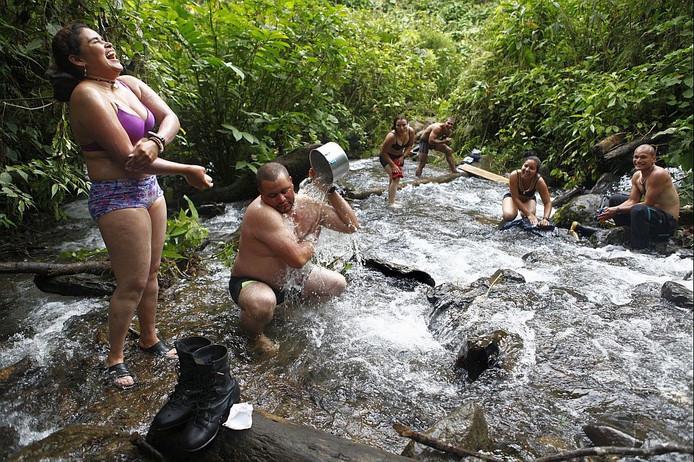 Leden van de FARC wassen zich in de Colombiaanse jungle.