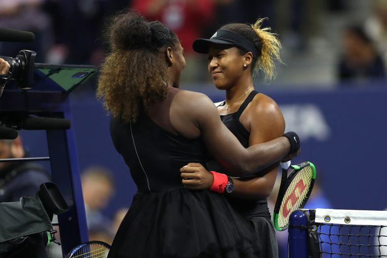 Ondanks alle commotie feliciteert Serena Williams haar tegenstandster met de zege. Beeld AFP