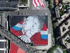 Une immense fresque d'art urbain nichée sur un toit de Paris