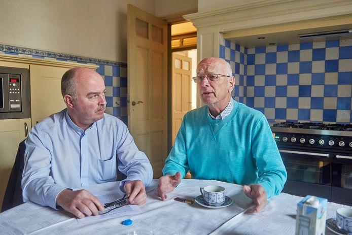 Pastoors John van de Laar (links) en Inno Ponsioen in de grote keuken van de pastorie met de authentieke blauwe tegeltjes. Dit wordt straks de kantine van het notariskantoor.