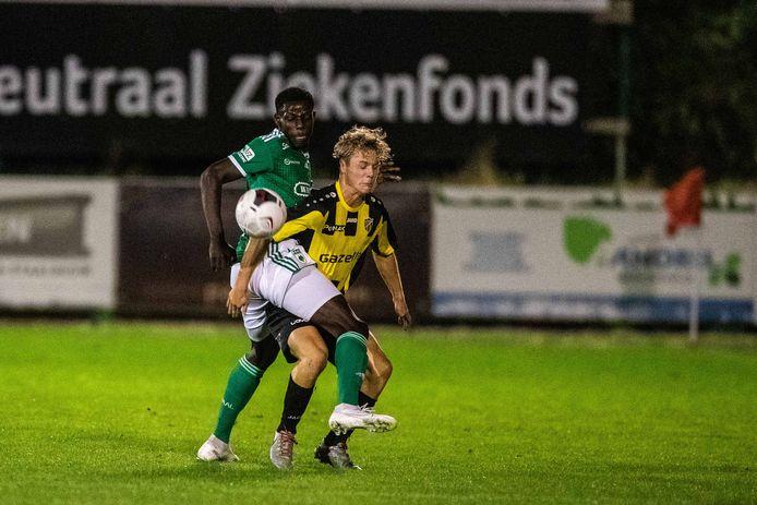 Quinten Van Goylen (Lyra-Lierse) in duel met Boris Kamneng Djoum (La Louviere), Foto:Mpics.be