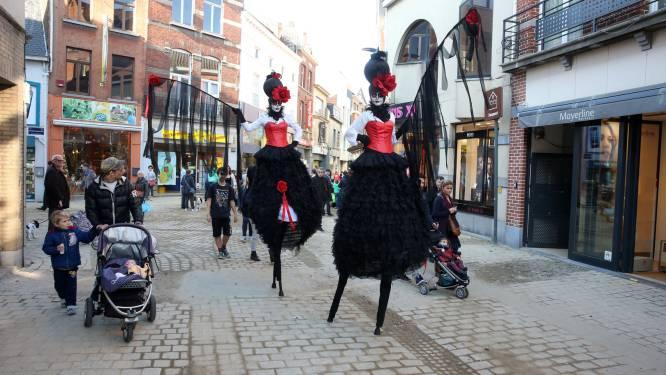 Handelaars vieren 'Hallewien' met monsters en coronaveilige snoepjes