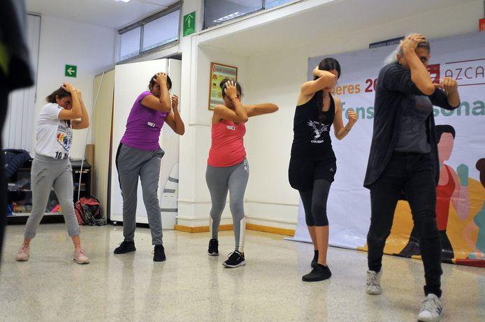 Een groep jonge vrouwen tijdens een cursus zelfverdediging in oktober van dit jaar.