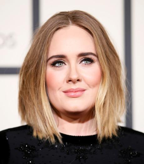 Adele zingt hits op bruiloft van vriendin