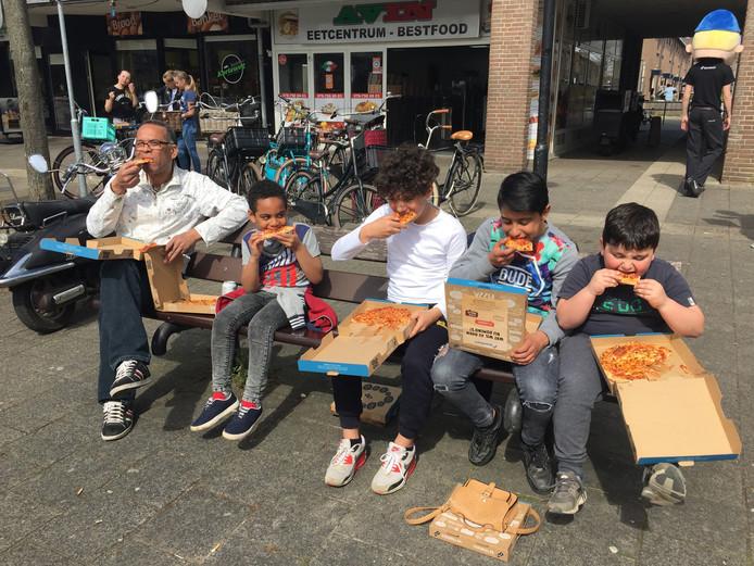 Gratis pizza smullen bij Domino's. Zoals hier bij de opening van een filiaal in Dordrecht.