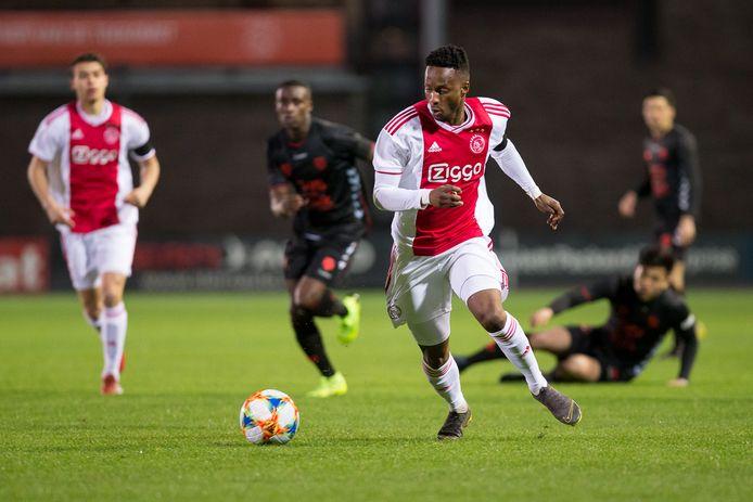 Leo Thethani in actie voor Jong Ajax.