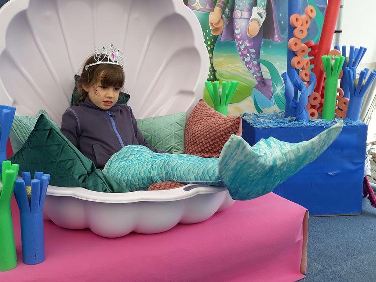 Noor poseert als zeemeermin op de Speeldag in Mechelen.
