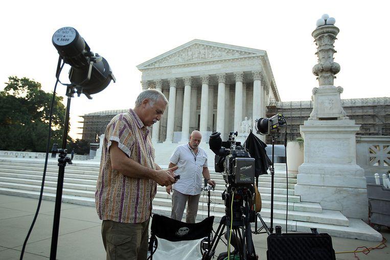 Tv-ploegen verdringen zich deze dagen voor de trappen van het onderkomen van het Supreme Court in Washington, vooruitlopend op de uitspraak over Obamacare. Beeld afp