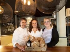 Niet alleen brood bij Bakker Nijkamp in Holten: 'Genieten als vitrines weer vol liggen met ijs'