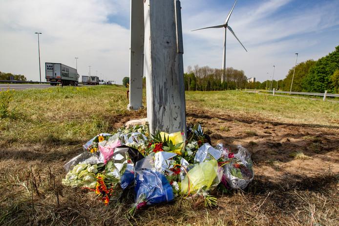 Bloemen op de plek waar het ongeluk gebeurde.