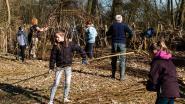 Kinderen bouwen mee aan eerste wilgenhut in tuin De Wulp