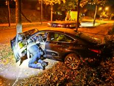 Politie tikt auto na achtervolging tegen een boom, maar verdachten weten te ontkomen in Dommelen