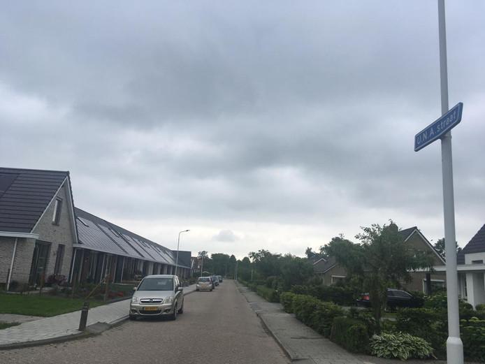 De U.N.A. straat in Nieuwerkerk met links de rij energieneutrale woningen op de plek waar vrijwilligers uit vele landen na de Watersnoodramp bejaardenwoningen bouwden.