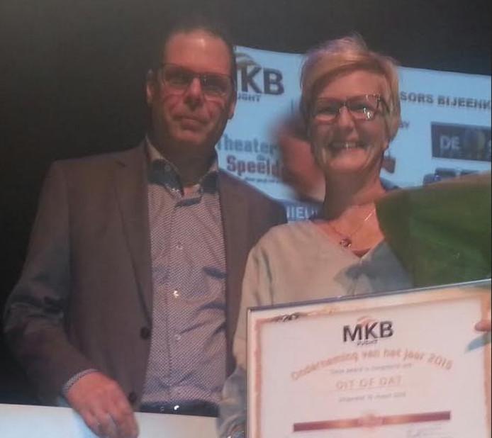 Petra Maas neemt haar prijs in ontvangst.