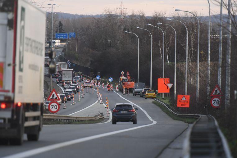 Het verkeer zal op de E314 ter hoogte van Herent nog enkele dagen over één rijstrook moeten rijden wegens herstellingswerken van een zinkgat.