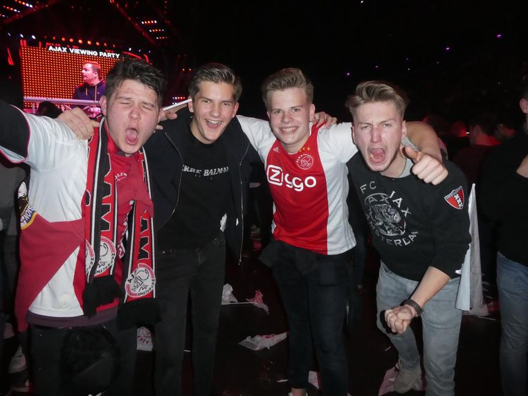 Tijdens de rust: supporters Michael van Daal (2-0), Ko Jager (2-1, toch), Rick van der Horst (1-0) en Damian van der Meulen (2-0) Beeld Schuim