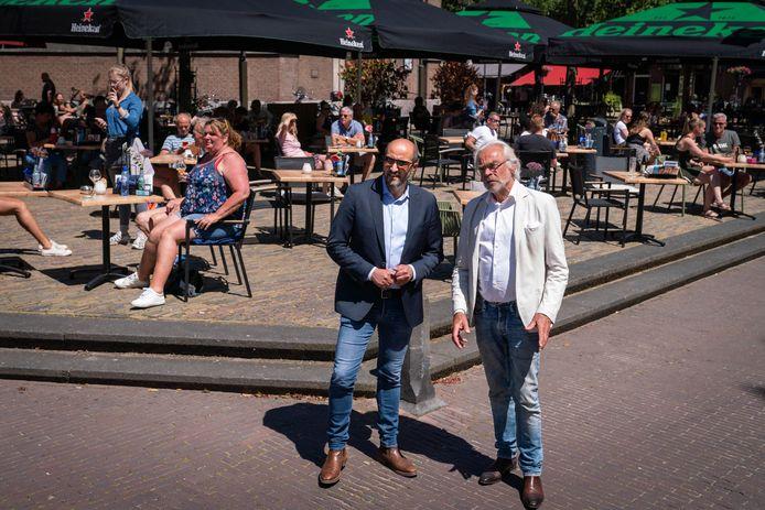 Voorzichtigheid troef op Tweede Pinksterdag van dit jaar: burgemeester Ahmed Marcouch en voorzitter Jan van Hooijdonk van afdeling Arnhem van Koninklijke Horeca Nederland verkennen de eerste terrassen in de stad na opheffing van de lock down.