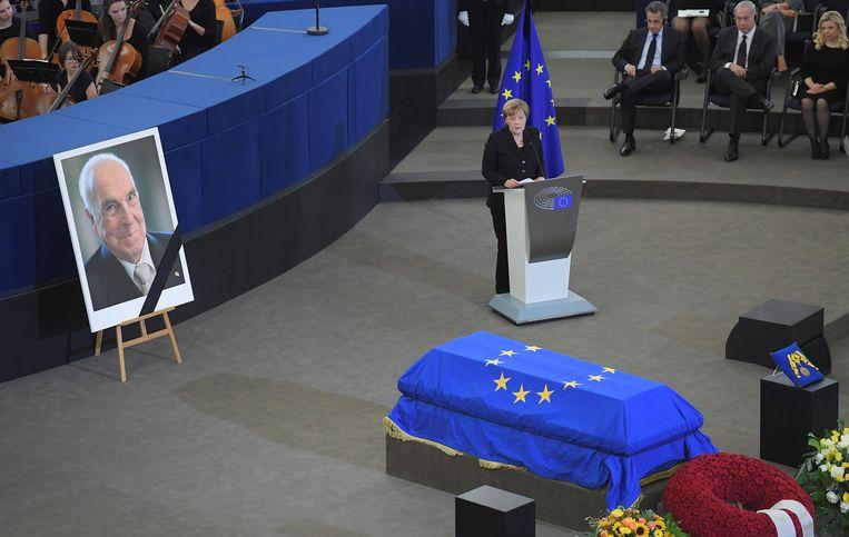 Ook huidig bondskanselier Merkel gaf in weerwil tot Kohl zelf een toespraak op de afscheidsplechtigheid.