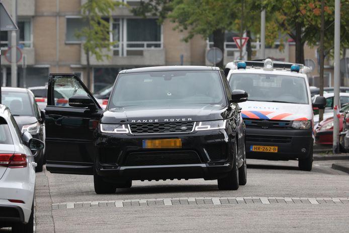 De beschoten Range Rover heeft een kogelgat in de voorruit.