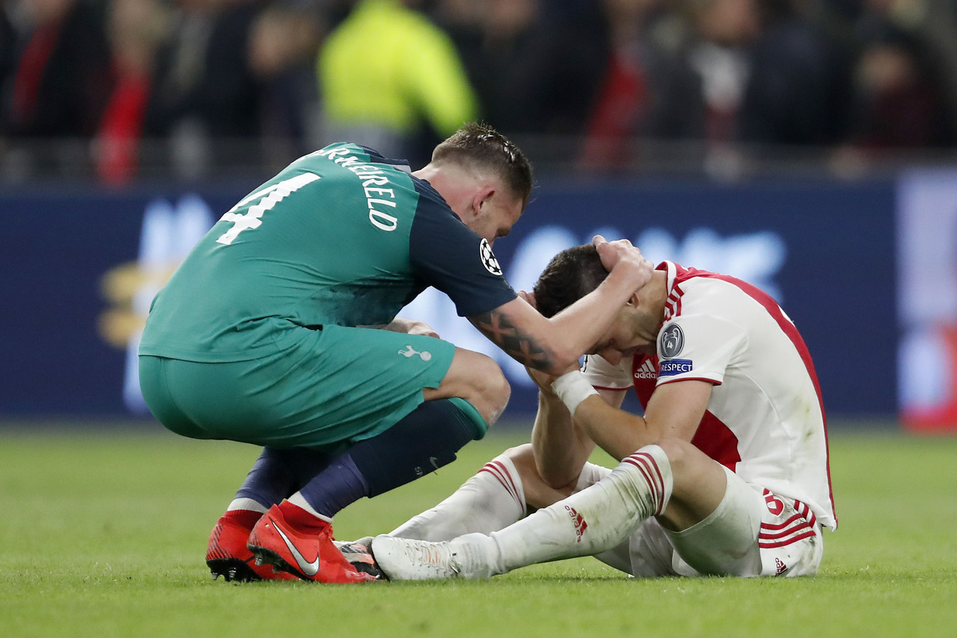 Tottenham-speler Toby Alderweireld troost Dusan Tadic.