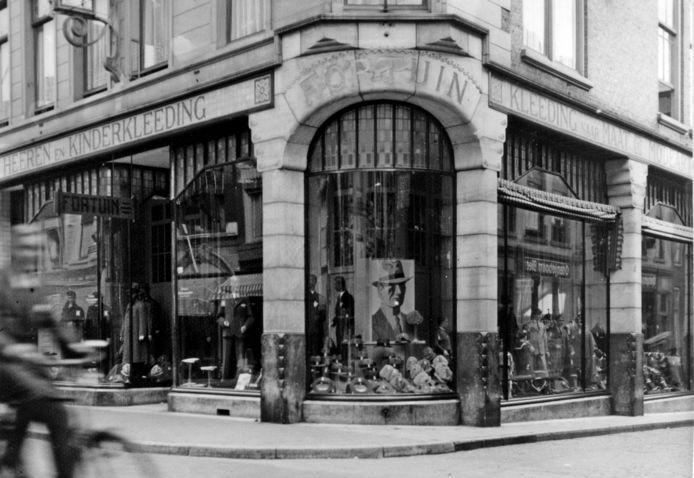 De etalage omstreeks 1935. Later gemoderniseerd, een eufemisme voor verminkt.