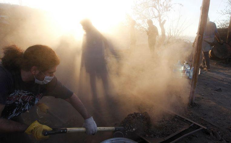 Inwoners van Valparaiso ruimen het puin in hun woonplaats op.