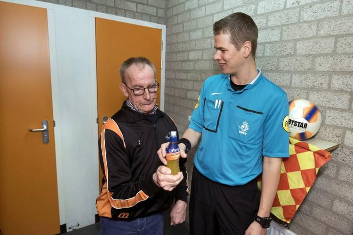 Herman Vermeulen voorziet de scheidsrechter van een drankje. foto Gerard Burgers