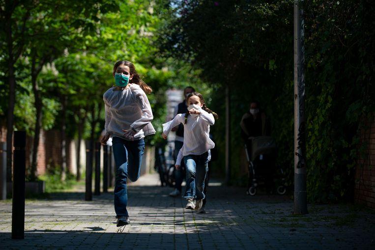 Gisteren mochten Spaanse kinderen voor het eerst in zes weken een uur hun huis verlaten. Dat mag vanaf nu elke dag.