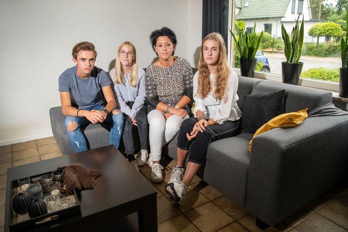 Emely van Essen en haar drie kinderen moeten hun huis uit, maar er is nog geen uitzicht op een ander onderkomen.