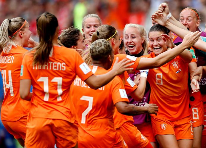 Vreugde bij de Oranjevrouwen na het verzekeren van groepswinst.