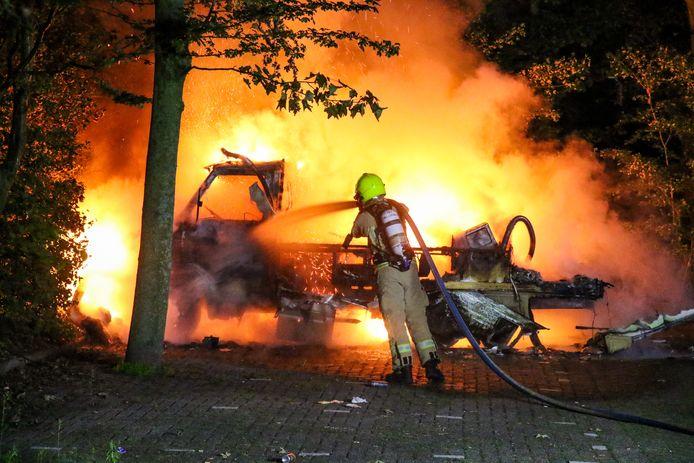 De geparkeerde camper is volledig uitgebrand.