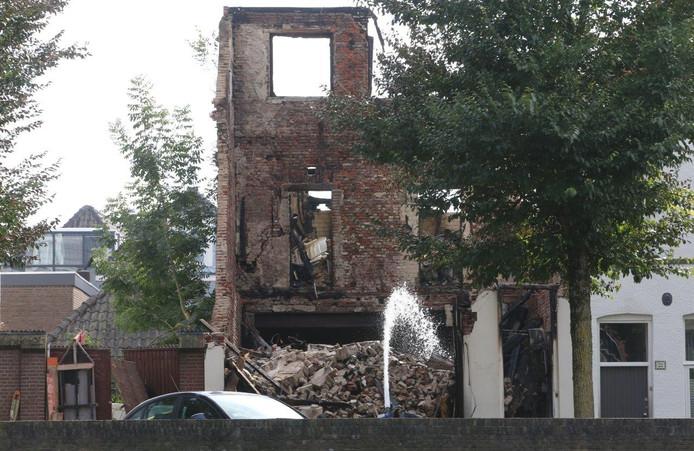 De brandweer was maandag nog steeds druk met nablussen bij de overblijfselen van het pand aan de Westwal.