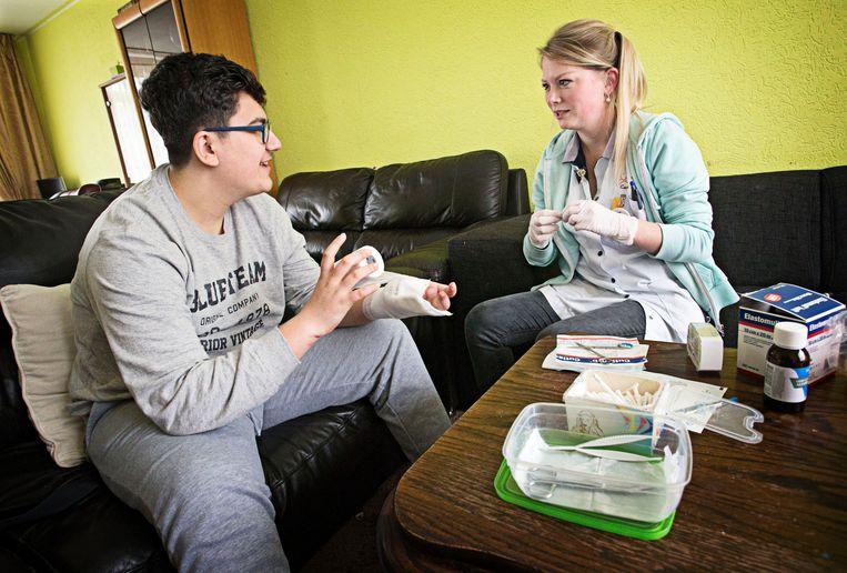 Wijkverpleegkundige Kristel van Aert van Careyn Zorg Thuis op bezoek bij Haidar (16). Beeld Hollandse Hoogte / Joyce van Belkom