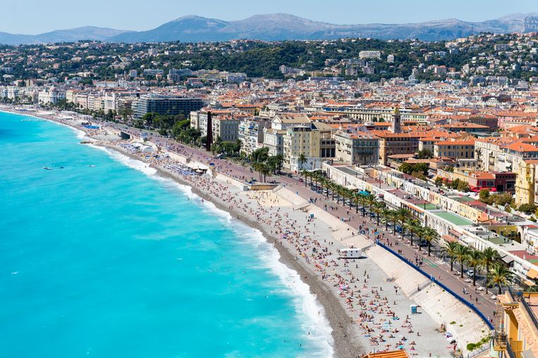 Bekend beeld aan de Côte d'Azur: azuurblauwe zee, vol strand.