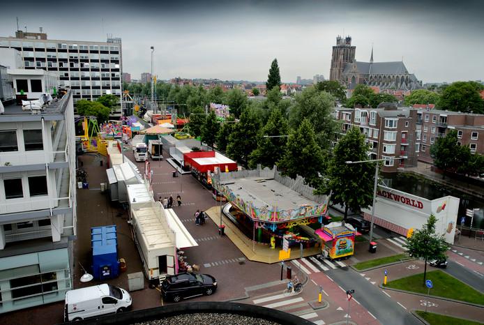 De kermis op de Spuiboulevard gezien van bovenaf.