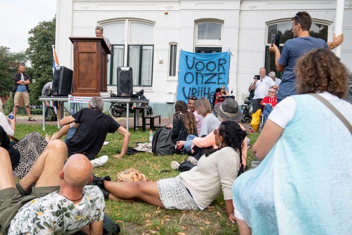 Er waren zondag zo'n 300 demonstranten bijeen in Enschede. Tegen de 1,5-meter-samenleving, tegen de corona-noodwet, tegen voermaatregelen voor boeren, tegen vaccinatieplicht en tegen politiegeweld. En voor meer vrijheid.