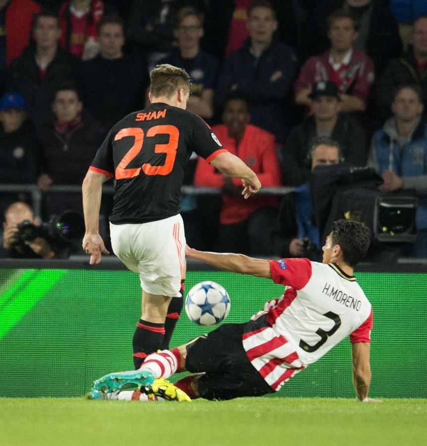Hector Moreno van PSV in duel met Luke Shaw van Manchester United. Na deze actie viel Shaw geblesseerd uit met een ernstige blessure aan de enkel.