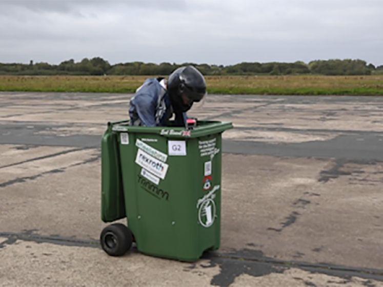 À 70 km/h en poubelle à roulettes, à 100 km/h en chaise roulante