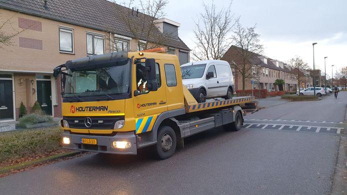 De auto van de verdachte van de schietpartij in Rhenen wordt afgesleept.