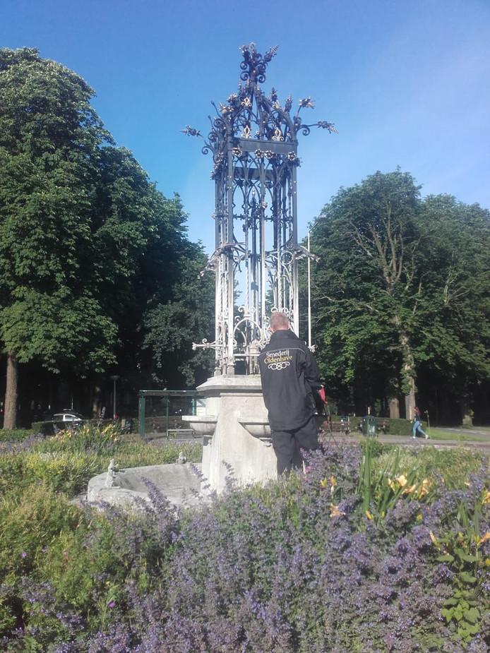 De fontein voor de restauratie in het plantsoen aan de Burg. Stulemeijerlaan